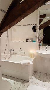 Badezimmer im Maisonettezimmer Schloss Spyker - Rügen
