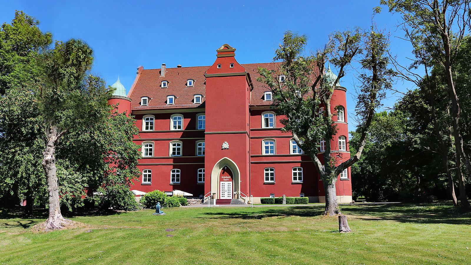 Hof vor dem Hotel Schloss Spyker am Jasmunder Bodden auf der Insel Rügen