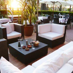 Lounge und Terrasse vom Restaurant Wrangel im Schloss Spyker auf der Insel Rügen
