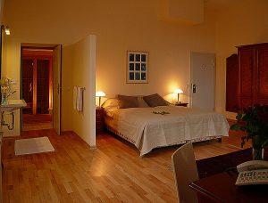 Luxusurlaub auf der Insel Rügen im Turmzimmer vom Hotel Schloss Spyker am Jasmunder Bodden